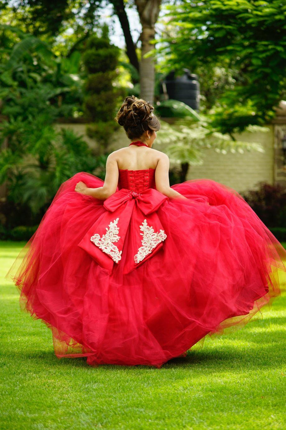 Eleganckie i zmysłowe balowe sukienki